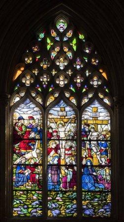 Photo pour Batalha, Portugal. Vitrail avec les étapes de la Passion du Christ. Jésus est cloué à la croix, meurt et est descendu - image libre de droit