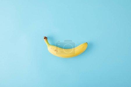 Foto de Vista superior de plátano fresco aislado en azul - Imagen libre de derechos