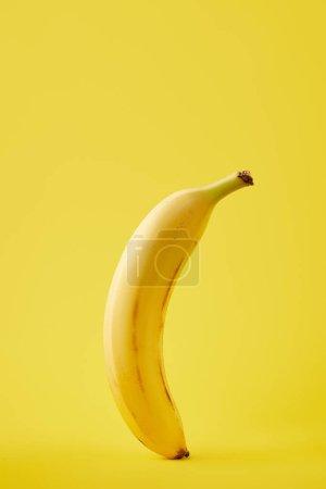 Foto de Cerrar vista de plátano fresco aislado en amarillo - Imagen libre de derechos