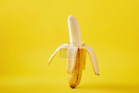 Foto de Cerrar vista de plátano maduro aislado sobre fondo amarillo - Imagen libre de derechos
