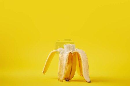 Foto de Cerrar vista de plátano maduro corte aislado sobre fondo amarillo - Imagen libre de derechos