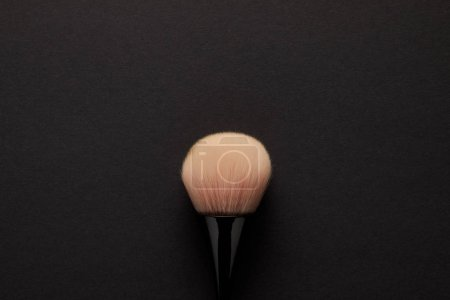 Photo pour Vue de dessus de la brosse de maquillage pour maquillage permanent isolé sur noir - image libre de droit