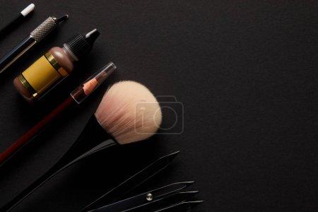 Photo pour Vue du dessus du crayon et des pinceaux pour un maquillage permanent isolé sur noir - image libre de droit