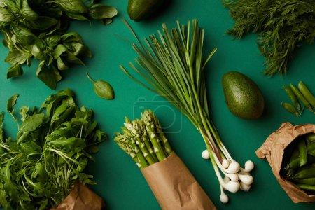 Photo pour Vue de dessus de divers légumes mûrs sur la surface verte - image libre de droit
