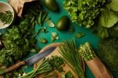 """Постер, картина, фотообои """"вид сверху различных спелые овощи с деревянная разделочная доска и нож на зеленой поверхности"""""""