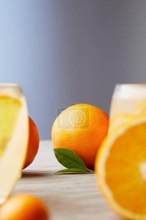 Photo pour Oranges mûres et verres de cocktail sur une surface en bois - image libre de droit