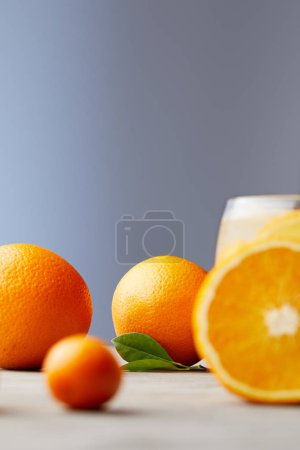 Photo pour Oranges mûres et verre de jus sur la surface en bois - image libre de droit