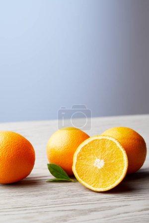 Photo pour Gros plan du bouquet d'oranges fraîches sur la surface en bois - image libre de droit