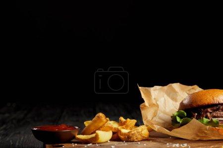 Photo pour Tentant de Fast-Food salle à manger de hamburger de pomme de terre et de ketchup sur la table - image libre de droit