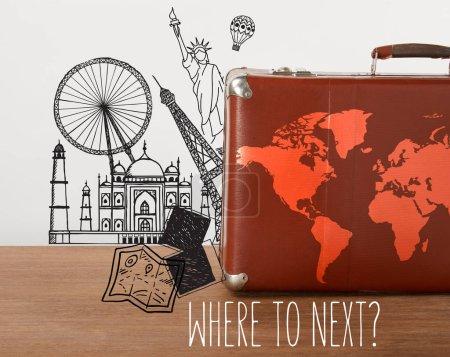 Valise vintage marron avec carte et illustrations de voyage