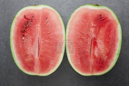 Photo pour Vue de dessus des morceaux de pastèque mûre sur table béton gris - image libre de droit