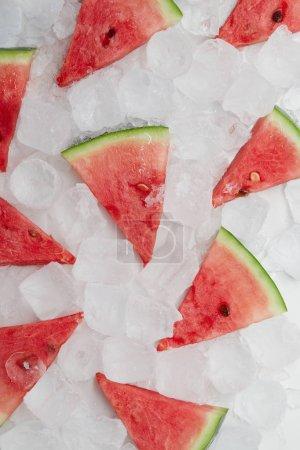 Foto de Lay Flat con las rebanadas de sandía dispuesto sobre cubos de hielo - Imagen libre de derechos