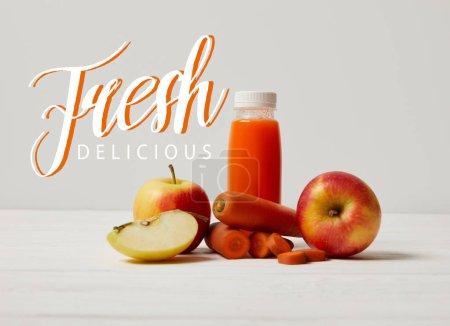 Photo pour Détox-smoothie aux pommes et carottes sur une surface en bois blanche, inscription délicieuse frais - image libre de droit