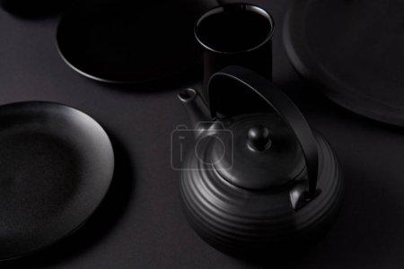 mise au point sélective noir théière, tasse, des plaques sur le tableau noir