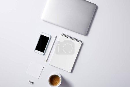 Photo pour Vue de dessus des divers objets disposés de lieu de travail d'affaires sur la table blanche pour la maquette - image libre de droit