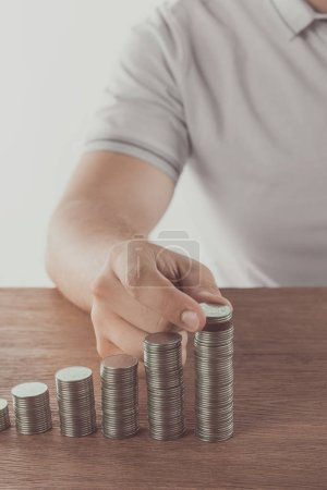 Photo pour Image recadrée de pièces empilables homme sur table en bois, sauver le concept - image libre de droit