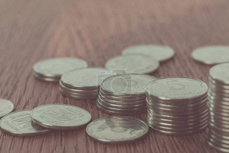 Photo pour Gros plan des piles de pièces et des pièces ukrainiennes éparpillées sur la table, concept d'économie - image libre de droit