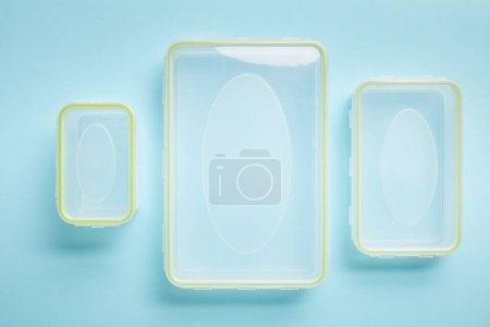 Photo pour Vue du dessus des contenants de nourriture vides isolés sur bleu - image libre de droit