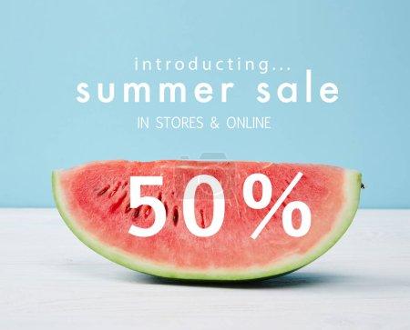 Photo pour Tranche de melon d'eau fraîche avec les soldes d'été et symbole de rabais 50 - image libre de droit