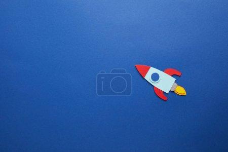 Photo pour Fusée créative sur fond papier bleu - image libre de droit