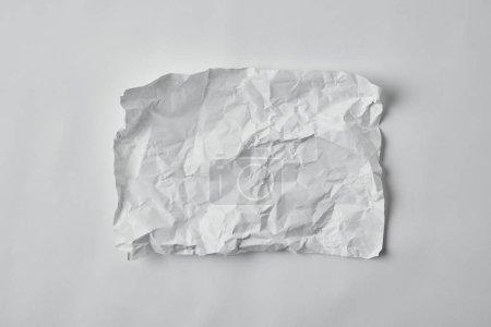 Foto de Vista superior de papel arrugado en blanco en la superficie blanca - Imagen libre de derechos