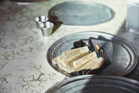 Photo pour Serveurs de gâteaux couchés sur un plateau métallique sur une table en marbre à la cuisine du restaurant - image libre de droit
