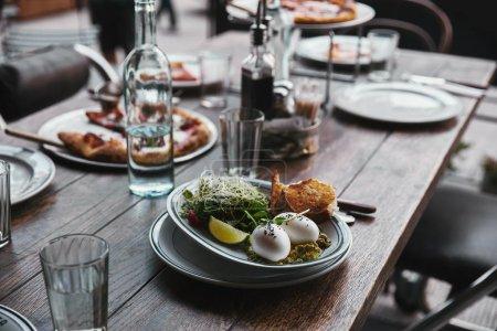 Photo pour Salade saine et pizza sur la table au restaurant moderne - image libre de droit