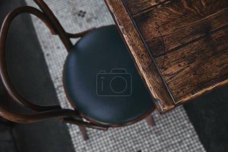 Photo pour Vue grand angle vintage en bois table et chaise au restaurant - image libre de droit