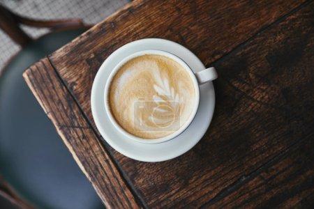 Photo pour Vue de dessus de la tasse de café frais sur une table en bois rustique - image libre de droit