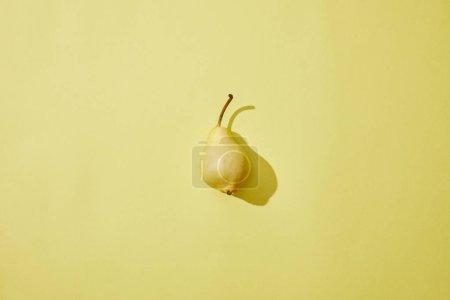 Photo pour Vue de dessus des poires mûres fraîches unique sur fond jaune - image libre de droit