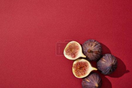 Photo pour Vue de dessus des figues fraîches de sains mûrs sur fond rouge - image libre de droit