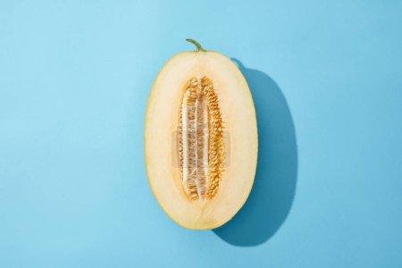 Photo pour Vue de dessus de melon doux mûr frais sur fond bleu - image libre de droit