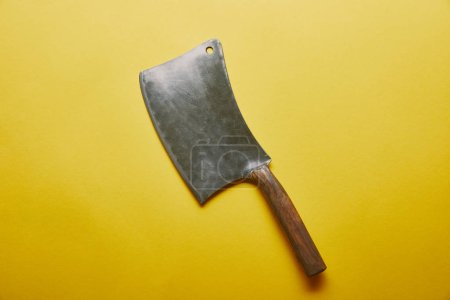 Photo pour Fendoir de couteau sur fond jaune - image libre de droit