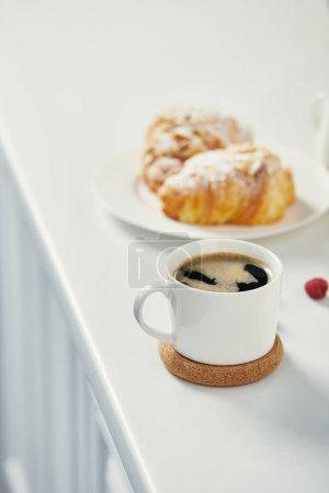 Photo pour Vue rapprochée de tasse de café aromatique et croissants pour le petit déjeuner sur surface blanche - image libre de droit