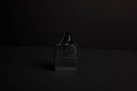 Photo pour Bouchent la vue de panier de papier noir sur fond noir - image libre de droit