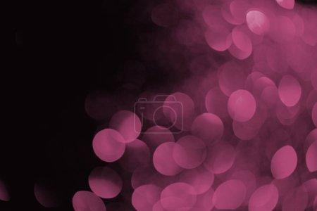 Photo pour Bokeh violet sur fond noir pour les vacances - image libre de droit