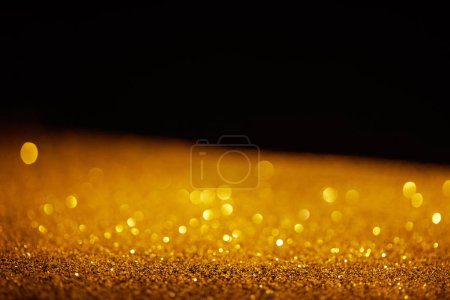 Foto de Brillo resplandeciente oro borrosa sobre fondo negro - Imagen libre de derechos