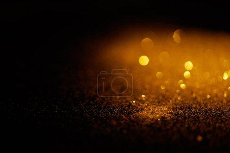 Foto de Glitter Oro borrosa sobre fondo oscuro - Imagen libre de derechos