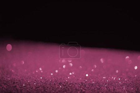 Photo pour Floue violet glitter brillant sur fond noir - image libre de droit