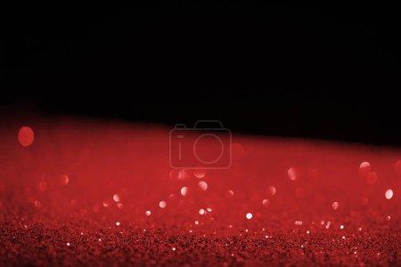 Photo pour Rouge flou scintillant sur fond noir - image libre de droit