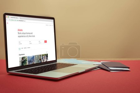 Photo pour Ordinateur portable avec airbnb chargé page sur table à la maison - image libre de droit