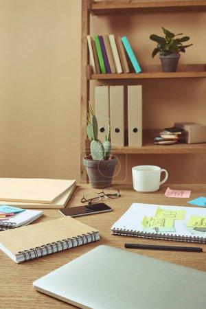 Photo pour Autocollants de papier avec la stratégie commerciale et portable avec smartphone sur table à la maison - image libre de droit