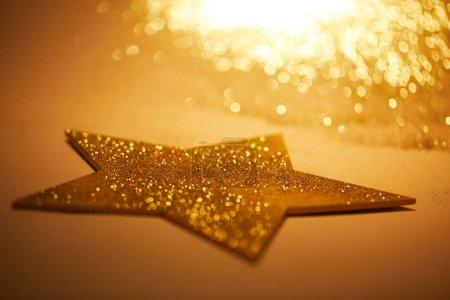 Foto de Enfoque selectivo de la estrella brillante de oro para la decoración de Navidad - Imagen libre de derechos