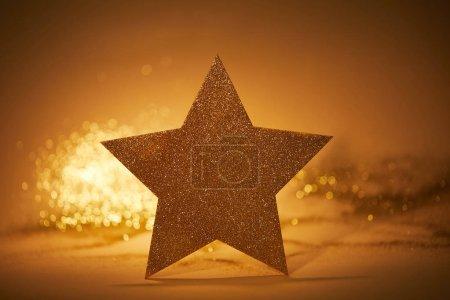 Foto de Estrella dorada brillante para la decoración de la Navidad en mesa - Imagen libre de derechos