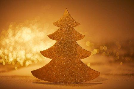 Foto de Oro brillante árbol de Navidad para la decoración - Imagen libre de derechos