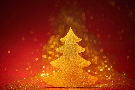 Foto de Oro brillante árbol de Navidad para la decoración en fondo rojo - Imagen libre de derechos