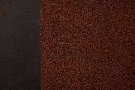 vista superior del delicioso cacao marrón en polvo sobre fondo negro