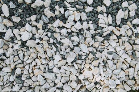 Photo pour Vue de dessus du blanc petit dispersé pierres sur terrain - image libre de droit