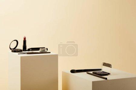 diverses fournitures maquillage sur cubes beiges