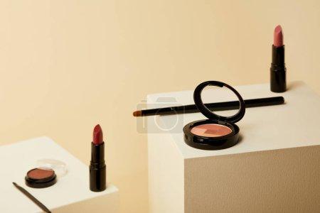 Photo pour Gros plan de divers cosmétiques sur cubes beiges - image libre de droit